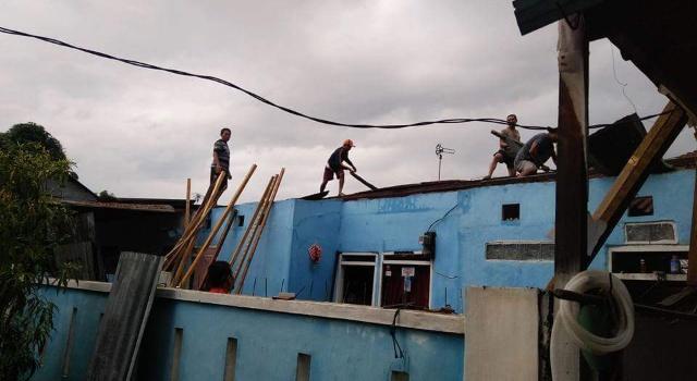 Atap rumah warga rusak diterpa angin.