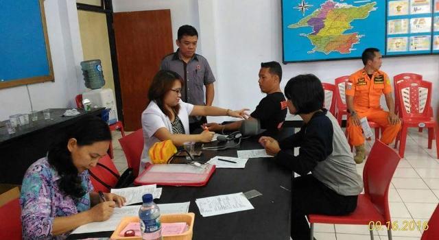 Sekretaris PMI Minut Melkie Wewengkang memantau jalannya kegiatan donor darah.