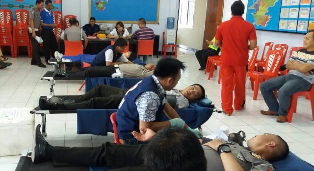 Sejumlah anggota Polres Minut menyumbangkan darah.