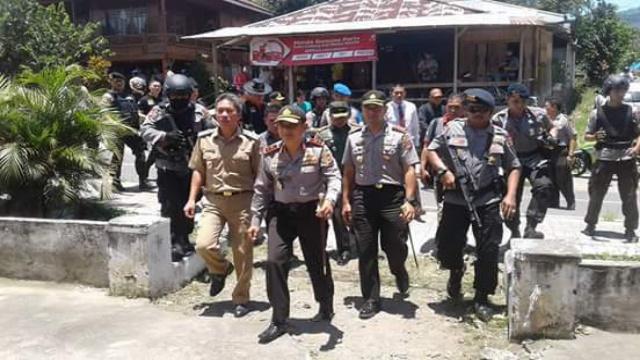 Kapolda Sulut didampingi Kapolres Minsel dan Wabup Minsel saat mengunjungi Tompaso Baru