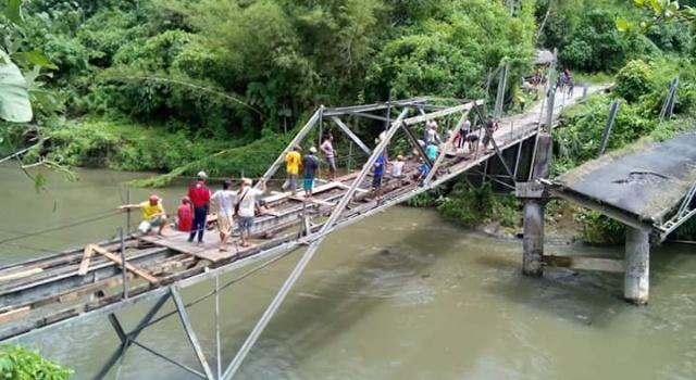 Perbaikan jembatan darurat Desa Kuwil
