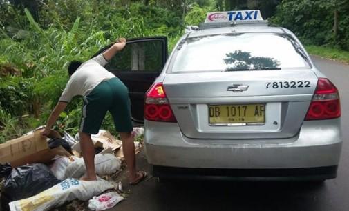 Memalukan !!! Taxi Celebrity Buang Sampah di Pinggir Jalan