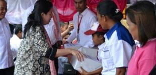 PUAN MAHARANI Serahkan Ratusan Juta untuk Peserta PKH Bitung