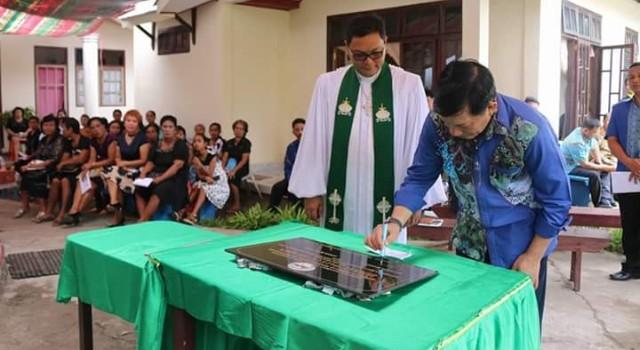 Vicky Lumentut sedang menandatangani prasasti gedung gereja GMIM Siladen