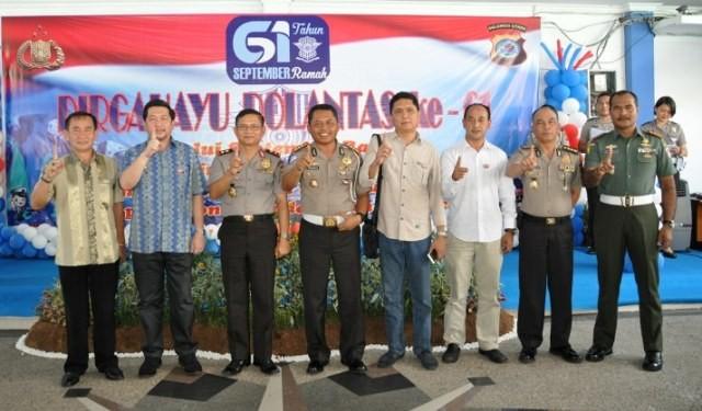 Wakil WalikotaMor D. Bastiaan saat bersama Kapolda Sulut dalam peringatan Dirgahayu Polantas ke 61, di Mapolda Sulut, Kamis (22/09).(Foto:garyedo)
