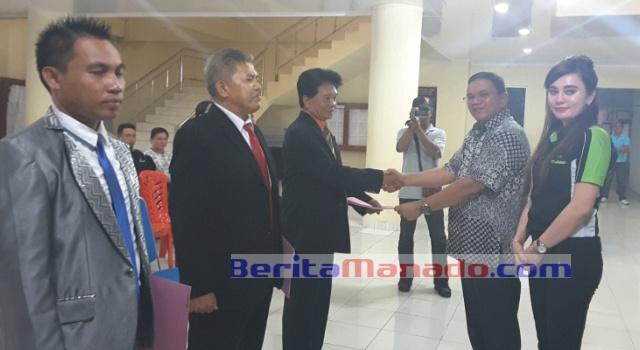 Wabup Minut Ir Joppi Lengkong didampingi Dirut PD Klabat Estrella Tacoh, menyerahkan SK pelantikan kepada Badan Pengawas PD Klabat.