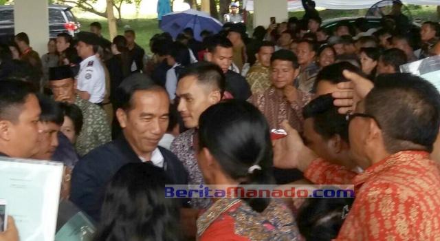 Disambut masyarakat Minut, Presiden Jokowi langsung menyapa masyarakat.