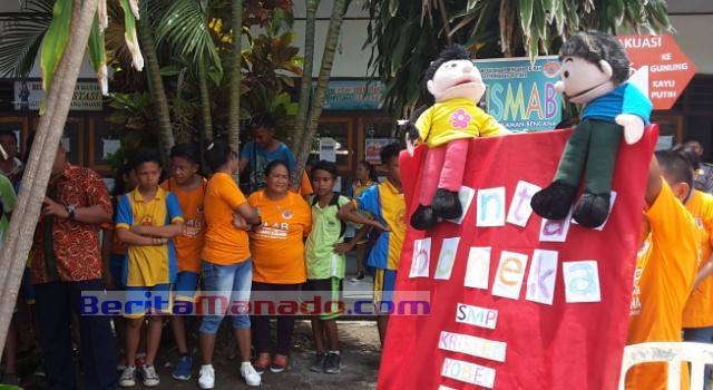 Pentas boneka anak didik SMP Kr Yobel Kema.