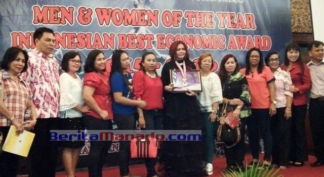 Bupati Minut Vonnie Panambunan didampingi staf khusus Decky Senduk serta sejumlah pendukung ketika menerima penghargaan.