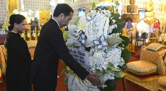 Jokowi meletakkan karangan bunga tanda duka cita