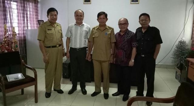 Ketua, Komisioner dan Staf KPU Minahasa bersama Kadis Dikpora Jemmy Maramis