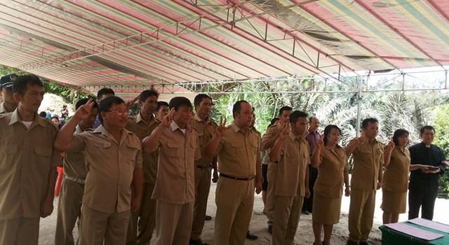 Pelantikan Perangkat Desa pada agenda Rapat Koordinasi Kecamatan Langowan Selatan di Desa Atep Satu