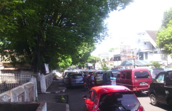 Pemandangan seperti ini sering terjadi di sepanjang ruas jalan Sarapung.(cilo/bmcom)