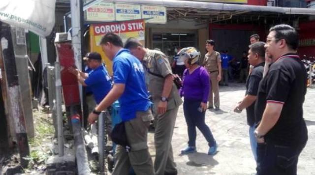 Wawali Mor Bastiaan saat memimpin kegiatan bersih-bersih di dampingi Kasat Pol PP Xaverius Runtuwene di depan salah satu pusat perbelanjaan.(foto:gary02)