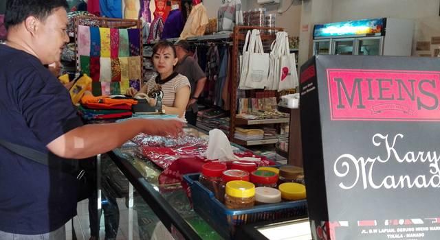 Pengunjung melihat-lihat souvenir di Miens
