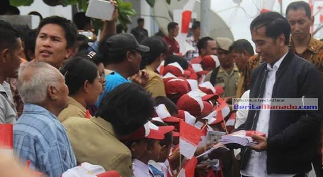 Presiden RI Joko Widodo saat bersama anak-anak SD di Miangas