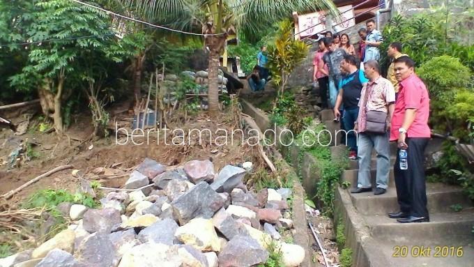 Dua anggota Banggar ketika meninjau lokasi proyek bencana di Kelurahan Tandurusa