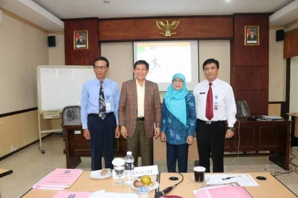Foto bersama Walikota Manado, GS. Vicky Lumentut, Kepala Bappeda, Peter Assa bersama penguji di Diklat Pim II Surabaya.