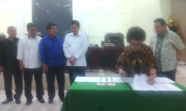 Ketua Noortje Van Bone saat menandatangani berita acara dan kesepakatan bersama Walikota GS. Vicky Lumentut.