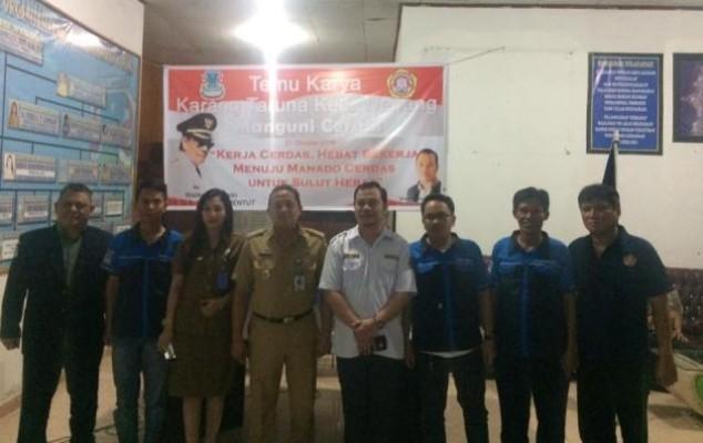 Foto bersama usai temu karya karang taruna Kecamatan Wenang.