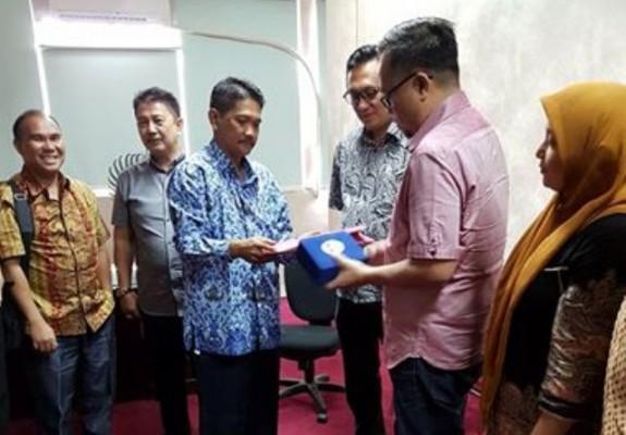 Wakil Ketua DPRD Manado dr. Richard Sualang saat mengantar rombongan di Kemenpora.
