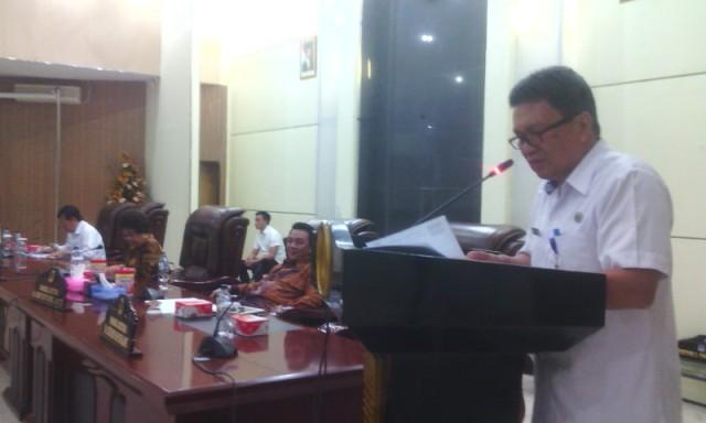 Sekwan DPRD Ir. Ferry Siwi, saat membacakan surat-surat yang masuk.