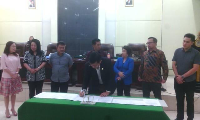 Walikota Manado, Vicky Lumentut melakukan penandatanganan.