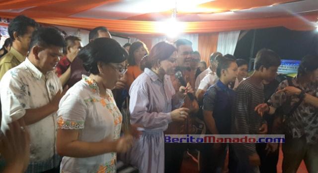 Bupati Minut Vonnie Panambunan, Wabup Joppi Lengkong dan Ketua TP PKK Jeivi Wijaya menyanyi sambil membagi-bagikan uang.