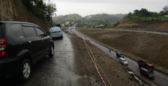 Jalan di ketinggian tanpa pembatas aman