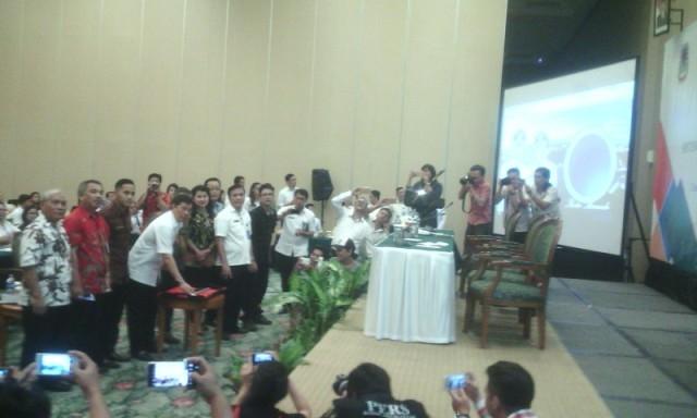 Walikota menekan tombol sebagai tanda di launchingnya program E-DEVPLAN.