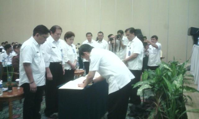 Walikota saat menandatangani pakta integritas dengan Kepala SKPD.