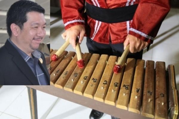 Alat musik kolintang. insert: Wawali Manado