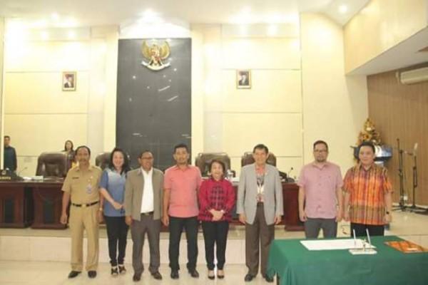 Foto bersama pimpinan DPRD, Walikota Manado, dan pimpinan Pansus.