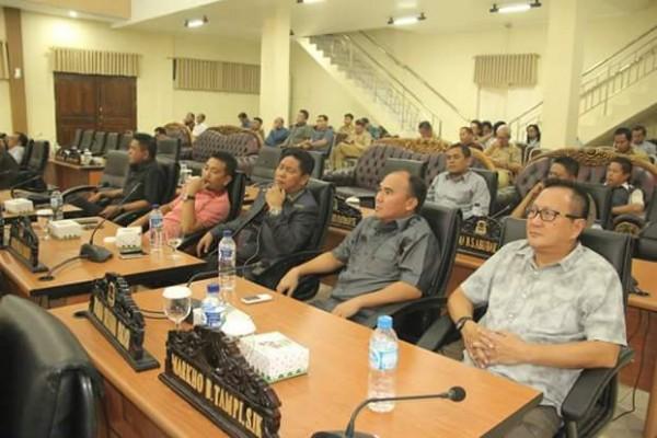 Para anggota DPRD dan undangan lainnya.