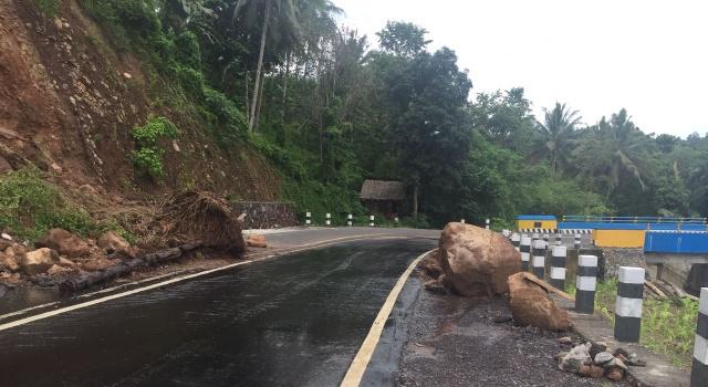 Material longsor berupa bebatuan besar, sempat menutup jalan Desa Munte.