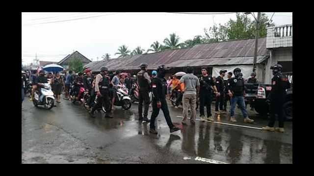 Team Patola Polres Minsel membantu mengamankan situasi saat jenasah tiba di Tompaso Baru