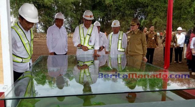 Presiden Jokowi didampingi Menteri PU Mochamad Basoeki Hadimoeljono, Gubernur Olly Dondokambey dan Bupati Minut Vonnie Panambunan melihat masterplan mega proyek bendungan.