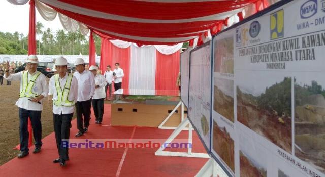 Presiden Jokowi melihat peta pembangunan bendungan Kuwil.