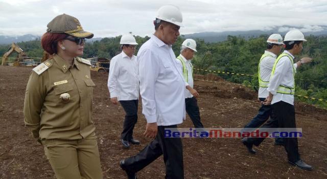 Bupati Minut Vonnie Panambunan dan Gubernur Olly Dondokambey mendampingi Presiden Jokowi.