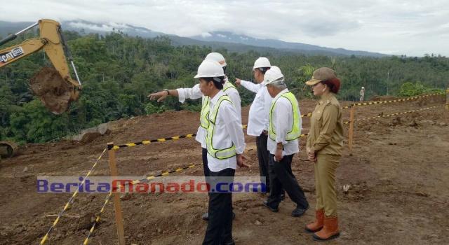 Presiden Jokowi meninjau lokasi bendungan kuwil.
