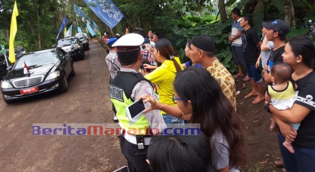 Masyarakat menanti Presiden Jokowi.
