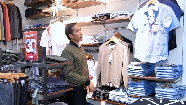 Presiden Joko Widodo melihat-lihat baju yang ada di salah satu outlet