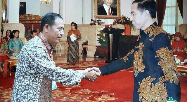 Hukum Tua Desa Kanonang Dua Welly Rawis saat berjabat tangan dengan Presiden RI Ir Jko Widodo