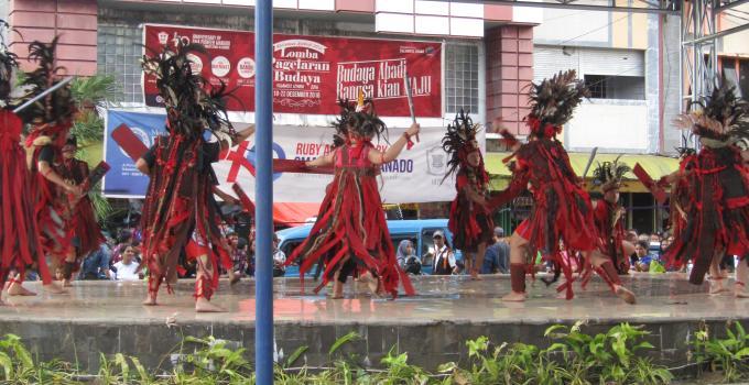 Atraksi tarian Kabasaran dari salah-satu peserta