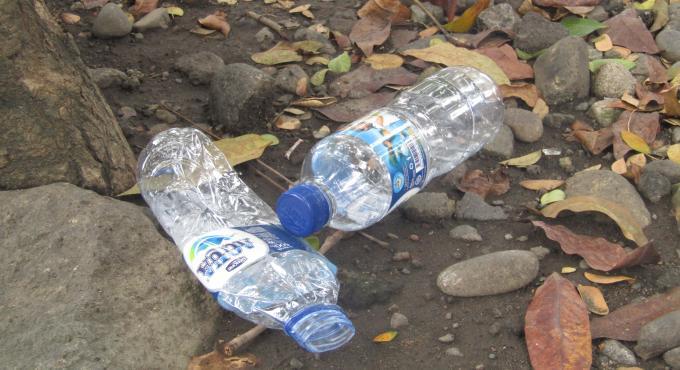 Sampah botol plastik kemasan