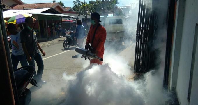 Dinas Kesehatan melakukan fogging di SD GMIM Girian