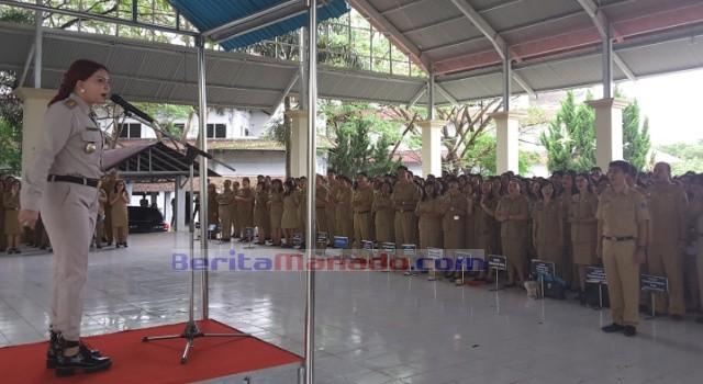 Bupati Vonnie Panambunan sebagai inspektur apel perdana, sementara pemimpin apel dilaksanakan Asisten II Allan Mingkid.