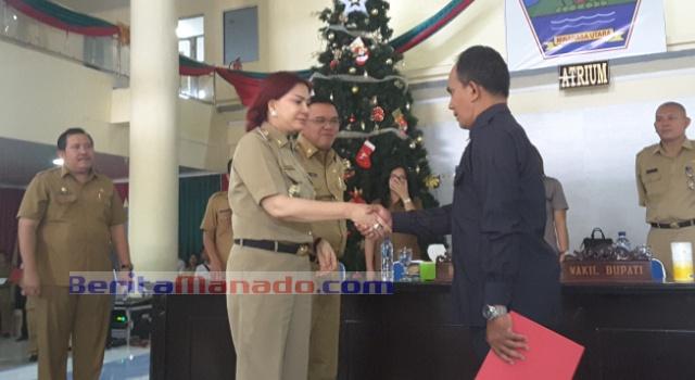 Bupati Minut Vonnie Panambunan dan Wabup Ir Joppi Lengkong, memberi selamat kepada Plt Kadis Pangan Jhon Mantiri.