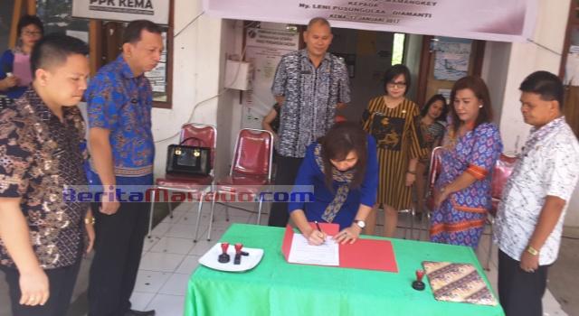 Mantan Ketua TP PKK Kema Stella Paruntu Mamangkey, menandatangani pemindahan jabatan kepada ketua yang baru Leni Pusungulaa Diamanti.