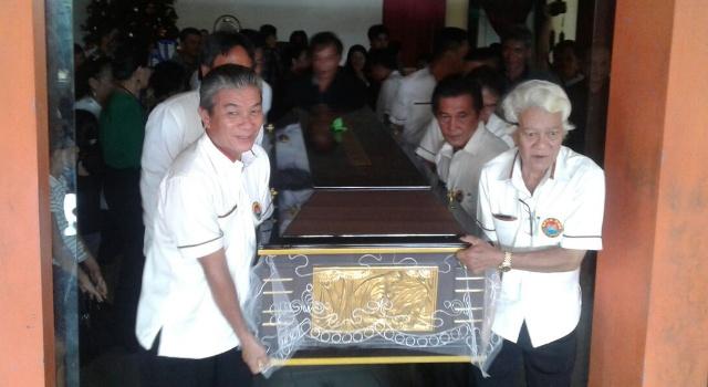 IPMU mengangkat peti jenazah sebagai penghormatan terakhir bagi Elda Mumbunan.